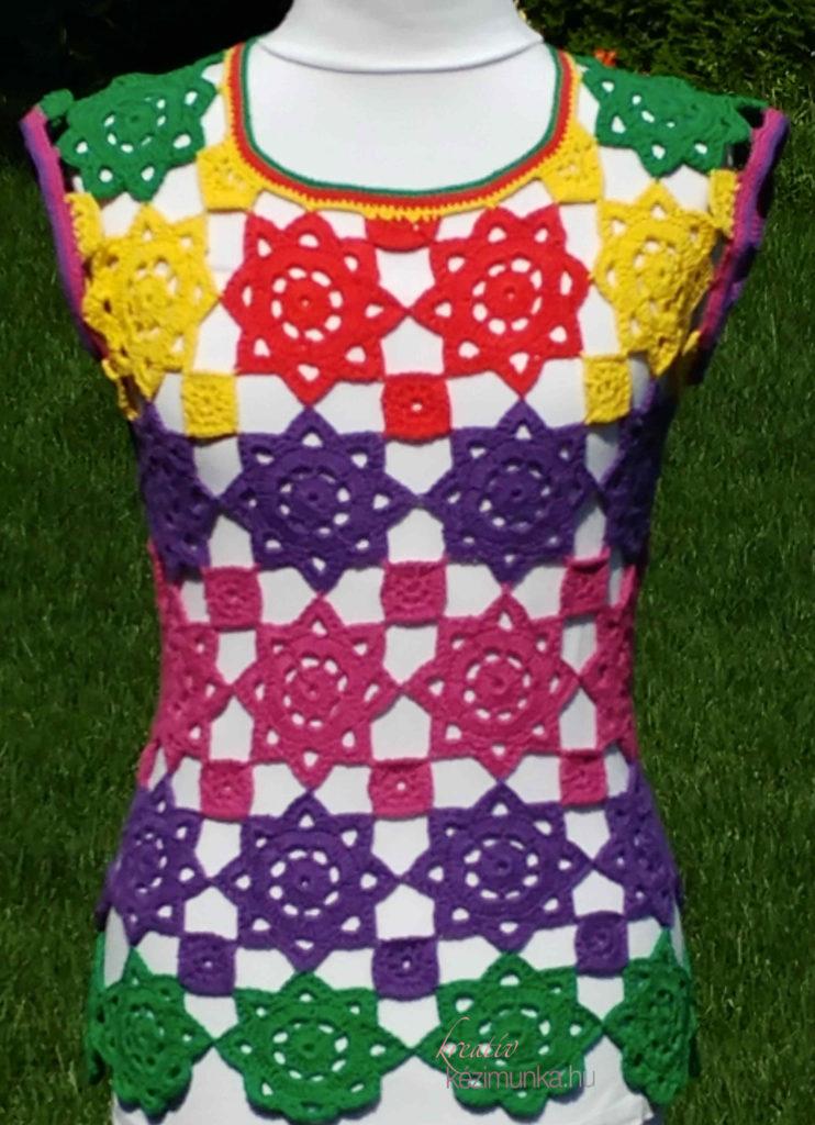 38e345e38b A virágokból összeállított horgolt darabok igazi klasszikusok! Ez a modell  pedig színkavalkádjával különlegesen feltűnő, nyári viselet.